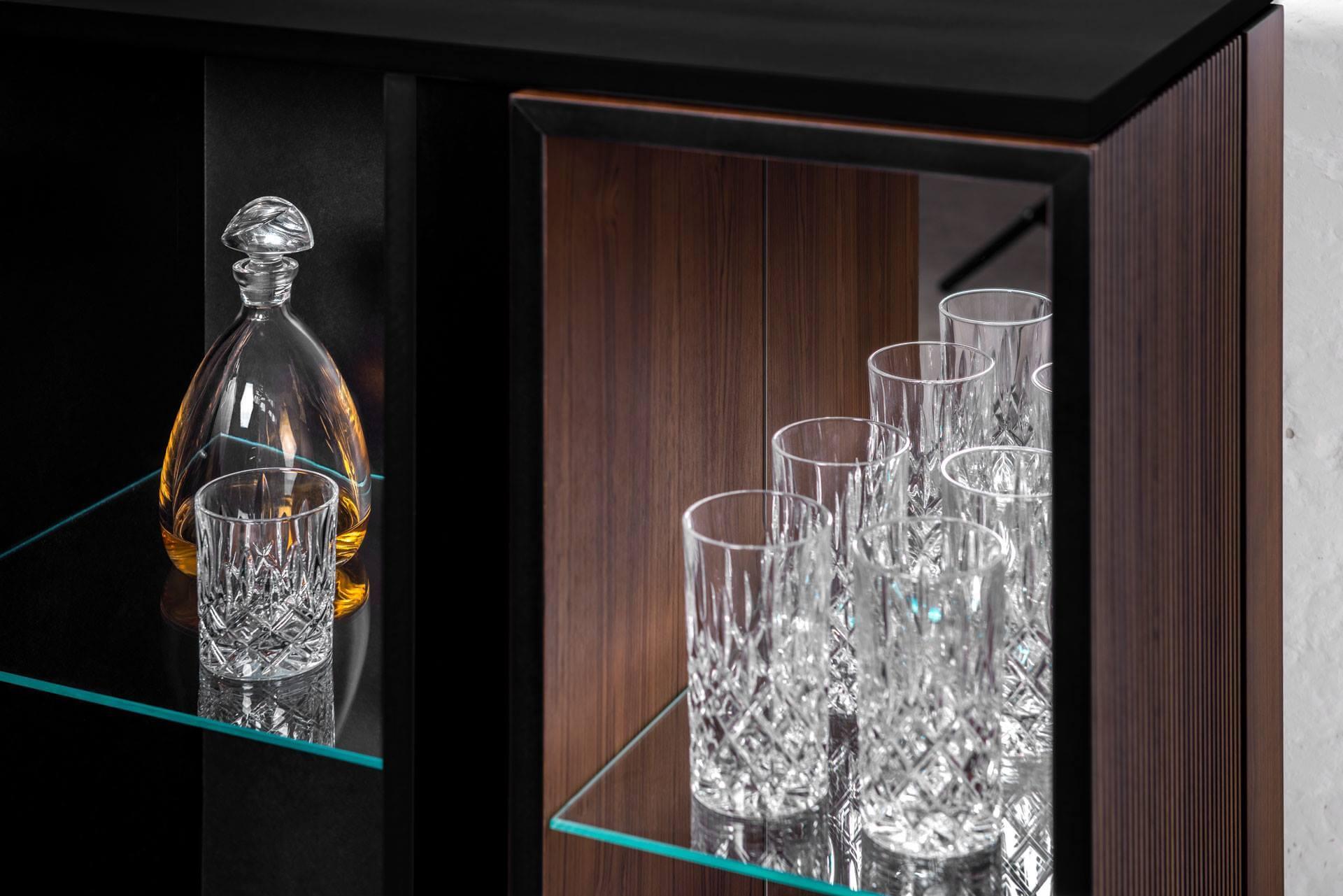 Barschrank von pult Möbeldesign mit Gläsern